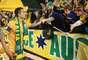 Tim Cahill cumprimenta torcedor após goleada da Austrália sobre a Jordânia em casa