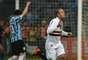 Luís Fabiano comemora depois de abrir o placar da partida entre Grêmio e São Paulo