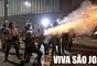 Imagem de policial disparando durante protesto 'virou' rojão em montagem na internet