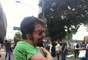 Manifestante mostra marcas após confronto com a polícia