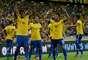 Jô, Daniel Alves e Neymar festejam o gol da vitória