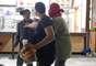 Após invasão, jovens discutem dentro de loja do McDonald's na região central da capital paulista