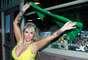 Mesmo em Londres, na Inglaterra, a DJ Sabrina Boing Boing comemorou a vitória do Brasil sobre o Uruguai por 2 a 0, nesta quarta-feira (26), pela Copa das Confederações. Com um decote generoso, a loira saiu pela cidade europeia exibindo uma bandeira do Brasil