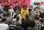 10 de julho - Na foto, vereador Bernardino conversa com estudantes durante ocupação
