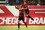 Dinei iniciou a reação do Vitória em contra-ataque e fez seu gol no primeiro tempo