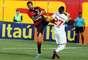Escudero chega duro para disputar bola com Lucas Farias