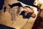 A perna direita da atriz Claire Danes parece sumir no tecido fluído do vestido na foto para a edição de agosto de 2013 da Vogue