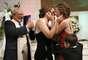 Margaret Miles e Cathy ten Broeke se emocionam (dir.) ao trocarem o primeiro beijo após se casarem oficialmente em Minneapolis, no Estado americano de Minnesota. Elas foram o primeiro casal do mesmo sexo a se casarem neste Estado em uma celebração realizada nos primeiros minutos desta quinta-feira.Junto a elas, o filho do casal, Louie Miles ten Broeke, 5 anos