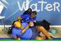 3 de agostoTorcedor invade a área de competições durante a final masculina do pólo aquático e é dominado por segurança
