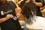 A cabeleireira Domenica de Souza começou a transformação descolorindo as pontas para tirar o excesso de tinta