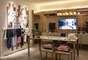 O espaço, de aproximadamente 30 m², é toda pensado para o conforto do dia a dia de um estilista e, os detalhestrouxeram as cores da passarela de Tufi Duek para a decoração