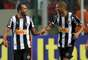 Artilheiros do dia em Belo Horizonte, Alecsandro e Leonardo Silva comemoram juntos o segundo gol do Atlético-MG, que foi bem construído por Junior César e definiu a partida definitivamente