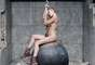 Miley Cyrus lançou o videoclipe de Wrecking Ball nessa segunda-feira (9), em seu canal no Youtube. Nas cenas, ela aparece nua e protagoniza momentos de sensualidade, com muitas caras e bocas. Veja fotos!