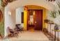 O hall de entrada da casa traz luminárias de cabaças customizadas, no ambiente assinado por Tetê Motta