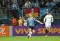 Gabriel e Thiago Ribeiro disputam bola