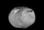 O gigantesco asteroide Vesta - um dos maiores objetos desse tipo no Sistema Solar, o que o levou a ser classificado como protoplaneta - foi fotografado pela sonda Dawn da Nasa, que o estudou de julho de 2011 a setembro de 2012. Uma imensa montanha elevada, com mais que o dobro do tamanho do Monte Everest, é visível na parte de baixo da imagem. Esses são os últimos registros da sonda Dawn durante sua passagem pelo planeta anão Ceres, o maior asteroide do Sistema Solar