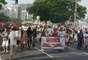 Os participantes protestaram contra o uso de agrotóxicos e alimentos transgênicos, denunciando possíveis danos causados pelas substâncias que os tornam resistentes aos venenos