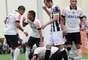 Douglas é acudido por Ralf e Diego Macedo depois de marcar o gol corintiano em Araraquara