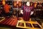Time de estrelas como o brasileiro Neymar e o argentino Messi, a loja do Barcelona vende camisetas oficiais da temporada por 77,91 euros, o equivalente a R$238 reais.
