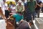 11 de novembro - Pai da criança (centro) é consolado por familiares durante enterro em São Joaquim da Barra (SP)
