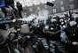 Manifestante dispara gás lacrimogêneo contra policias durante protesto em Kiev, na Ucrânia. Milhares de manifestantes de oposição protestaram nesta segunda-feira em frente ao Gabinete de Ministros Ucranianos pedindo que o governo volte atrás da decisão de desistir da adesão à União Europeia. Centenas de pessoas confrontaram a polícia