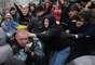 Manifestantes cercam policial durante o confronto. O presidente Viktor Yanukovych anunciou na semana passada que a Ucrânia estava desistindo de um potencial acordo com a UE para focar nas relações com a Rússia