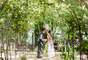 Em fotos feitas por Nathan Thrall, o casal aparece no jardim em um dia ensolarado