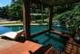 O deque, feito como uma palafita, permite que se descanse à margem ou dentro da piscina