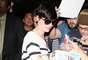A atriz deu autógrafos para os fãs que a esperavam no aeroportp