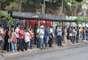 27 de janeiro - Filas em parada de ônibus em Porto Alegre: cena que se repetiu em diversos pontos da capital gaúcha no primeiro dia da paralisação. A greve dos rodoviários deve afetar, ao todo, mais de 1 milhão de passageiros