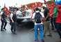 Policiais tentam afastar integrantes do MST com spray de pimenta
