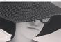 Mariana Rios não vai ao sol sem um chapéu para proteger os fios