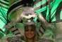 """Com o tema """"Insano"""" e Gracyanne Barbosa na avenida, a X-9 trouxe castelo de ponta-cabeça e Alice no País das Maravilhas"""
