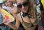 Foliona foi com fantasia bastante sensual ao bloco na praia de Ipanema