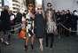 Anna Dello Russo (à esquerda), editora da Vogue Japão, usou look todo estampado e colorido para assistir ao desfile da Céline