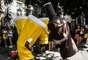 Garrafa e copo de cerveja viram tema de fantasia no bloco Volta Alice no bairro de Laranjeiras no Rio de Janeiro