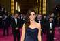 "Sandra Bullock.- Nominada por ""Gravity"", la actriz lució bellísima de manera muy clásica con un vestido azul marino que sacó a relucir su belleza natural."