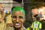 Com o corpo pintado, integrante da comissão de frente se prepara com animação para o desfile
