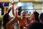 Bruna Marquezine mostrou demais durante o Carnaval de Salvador. Na madrugadada desta terça-feira (4), a atriz, que vive Luiza na novela Em Família, se descuidou e deixou parte do seio à mostra