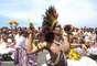 Nesta terça-feira, o bloco Rio Maracatu levou batidas e elementos da cultura africana para a orla de Ipanema, no Rio de Janeiro. Veja fotos: