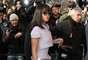 Rihanna já prestigiou diversos desfiles durante esta edição da semana de moda de Paris, como Lanvin e Givenchy. Nesta terça-feira (04), a cantora foi à apresentação da Chanel e usou look todo, inclusive tênis, da mesma estampa