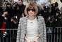 Anna Wintour, editora-chefe da Vogue norte-americana, também foi ao desfile da maison francesa. A jornalista usou vestido mídi e casaco da grife