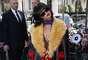 Rihanna foi vista em mais um desfile desta edição da semana de moda de Paris. Desta vez, a cantora prestigiou a apresentação da Miu Miu