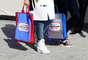 No dia seguinte ao desfile, em clima de supermercado da Chanel, fashionistas já circulavam com suas bolsas de compras grifadas