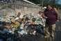 7 de março - Lixo é acumulado na avenida Brasil durante greve dos garis no Rio de Janeiro. Segundo os grevistas, apenas a zona sul e o centro estão sendo limpos
