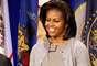 Michelle Obama, primeira-dama dos Estados Unidos, veste cardigã sobre vestido em tons neutros
