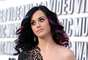 Muchos consideran que el cabello negro de Katy Perry le va perfecto y no debería hacerse nada. Pese a esto a la cantante le gusta apostar por colores más vivos. En la imagen lleva mechones rosas y azules.