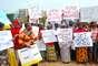 A ex-ministra da Educação da Nigéria e a vice- presidente da divisão da África do Banco Mundial participam de marcha organizada pelas mães das adolescentes sequestradas, em Abuja, em 30 de abril