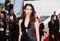 O modelo preto escolhido por ela para ir a première do filme Saint Laurent não economizava na sensualidade