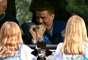 Astronauta Reid Wiseman se despede de suas filhas, durante uma cerimônia, antes do lançamento